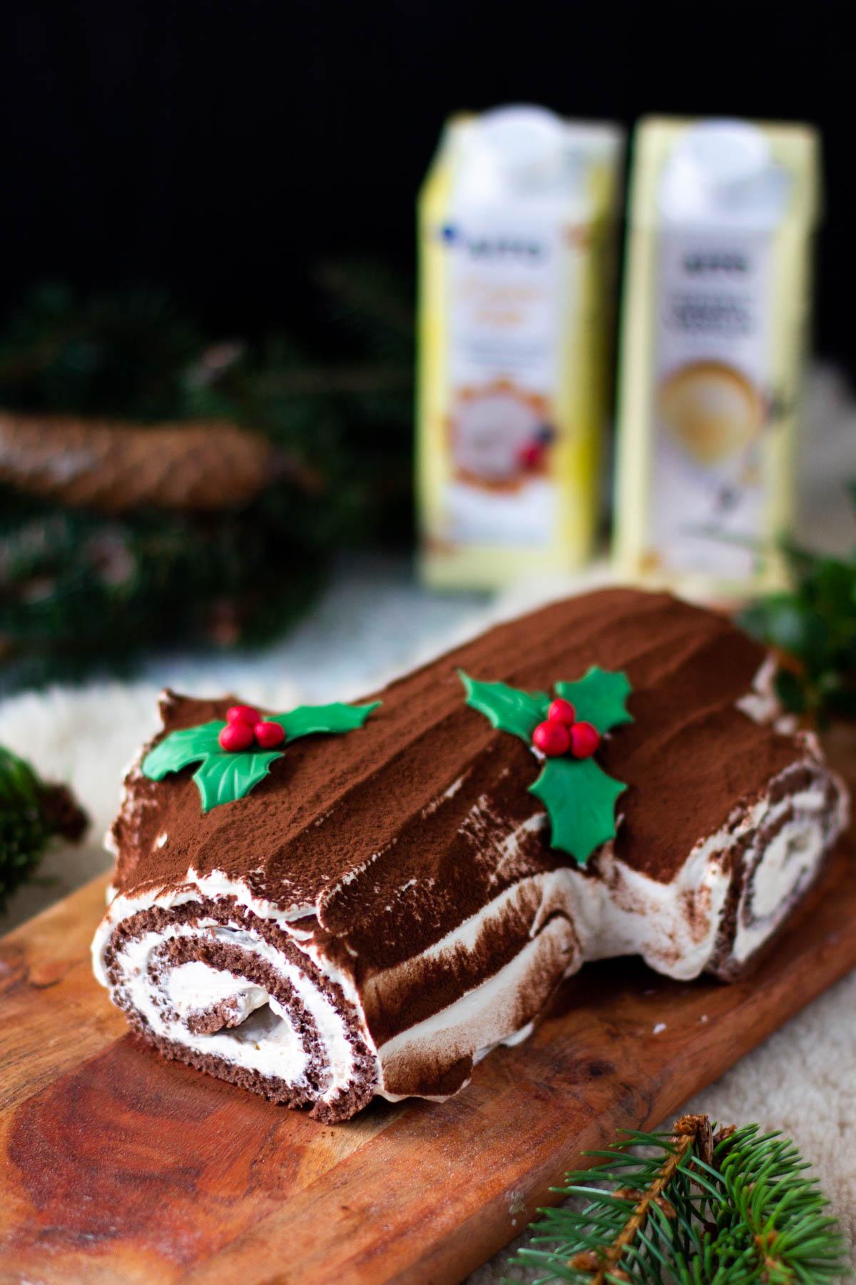 Kääretortusta valmistettu jouluhalko mistellikoristeilla.
