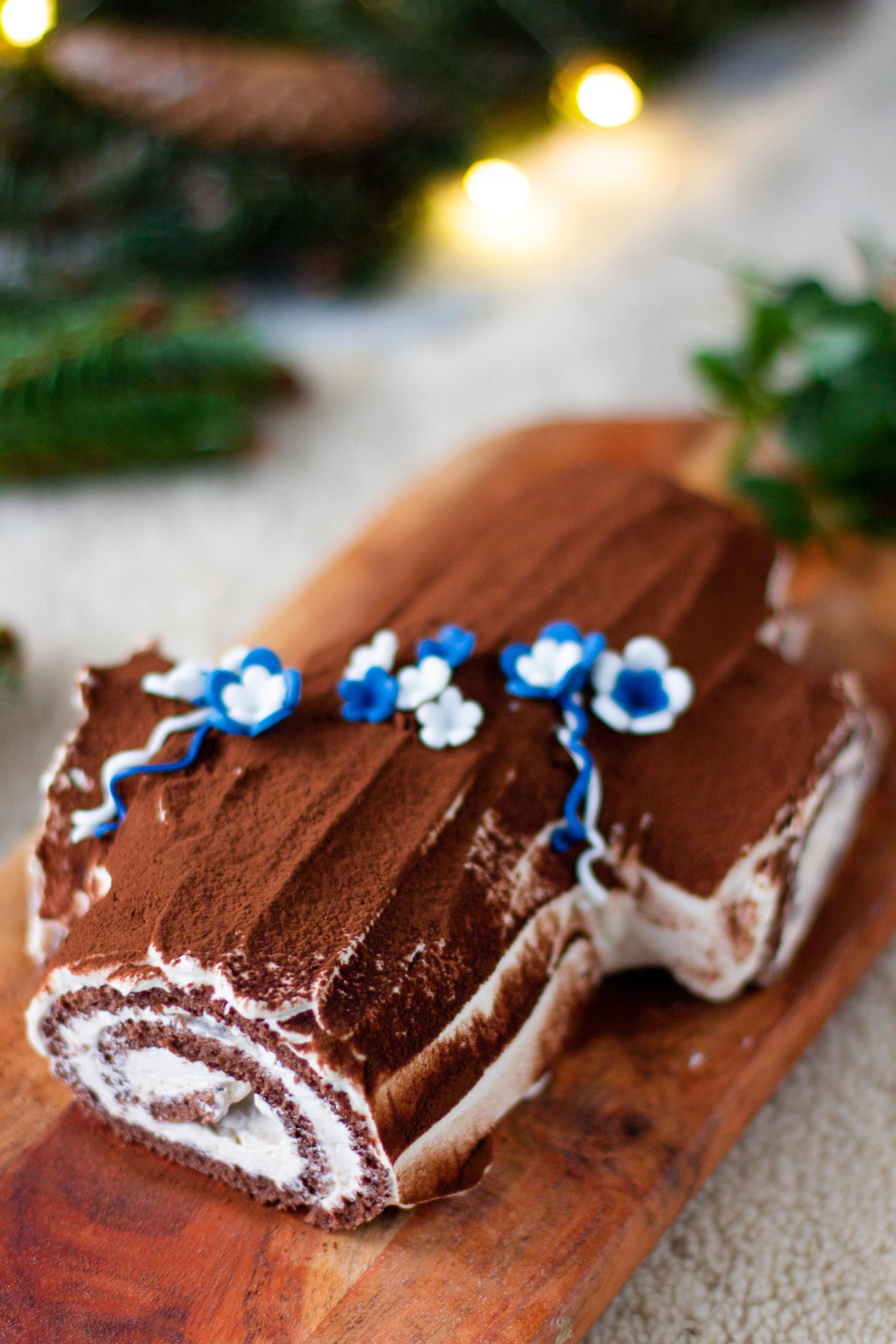 Jouluhalko itsenäisyyspäiväkoristein sinivalkoisilla kukilla.