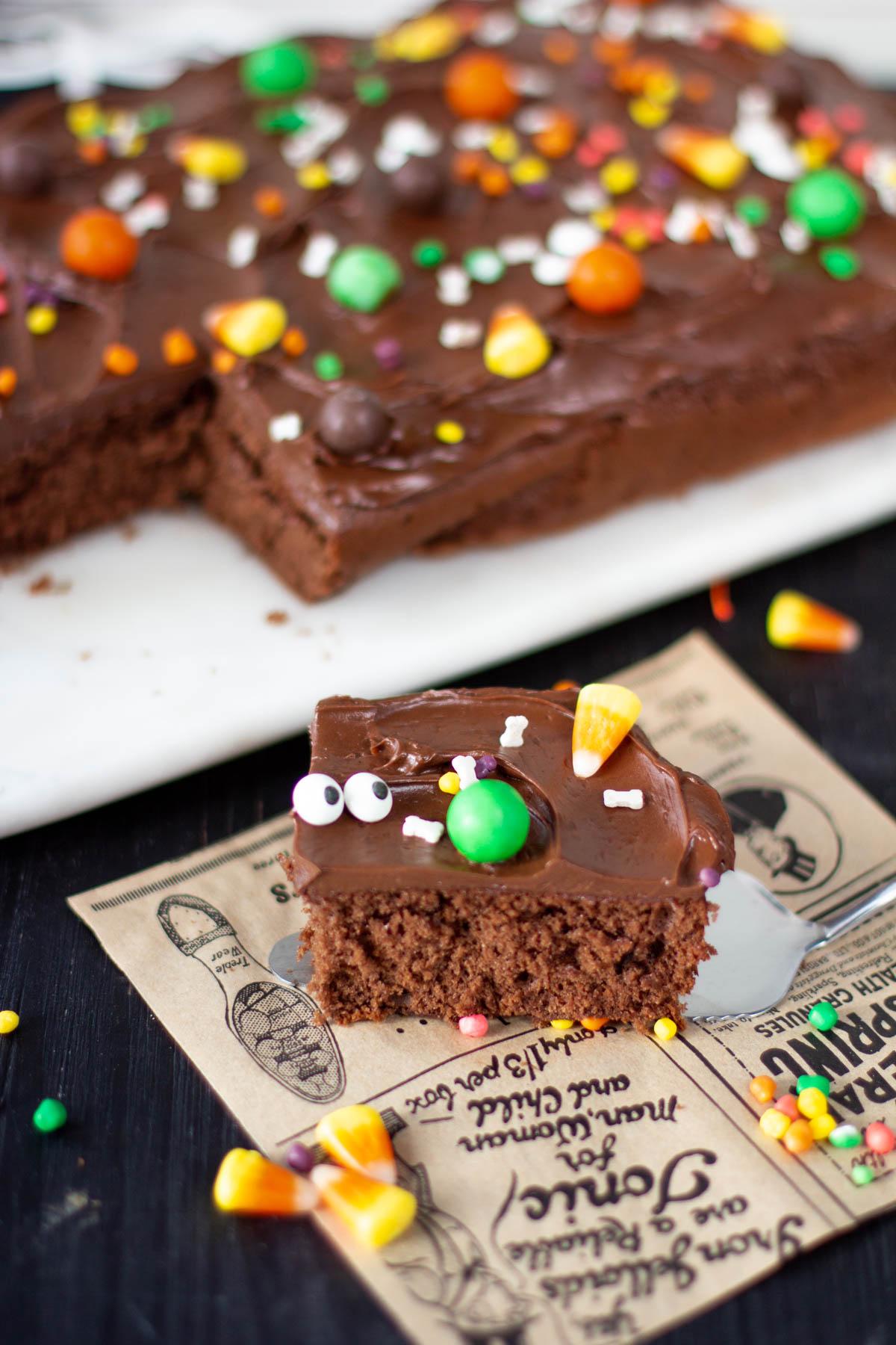 Pala suklaapiirakkaa, joka on koristeltu halloween-koristeilla.