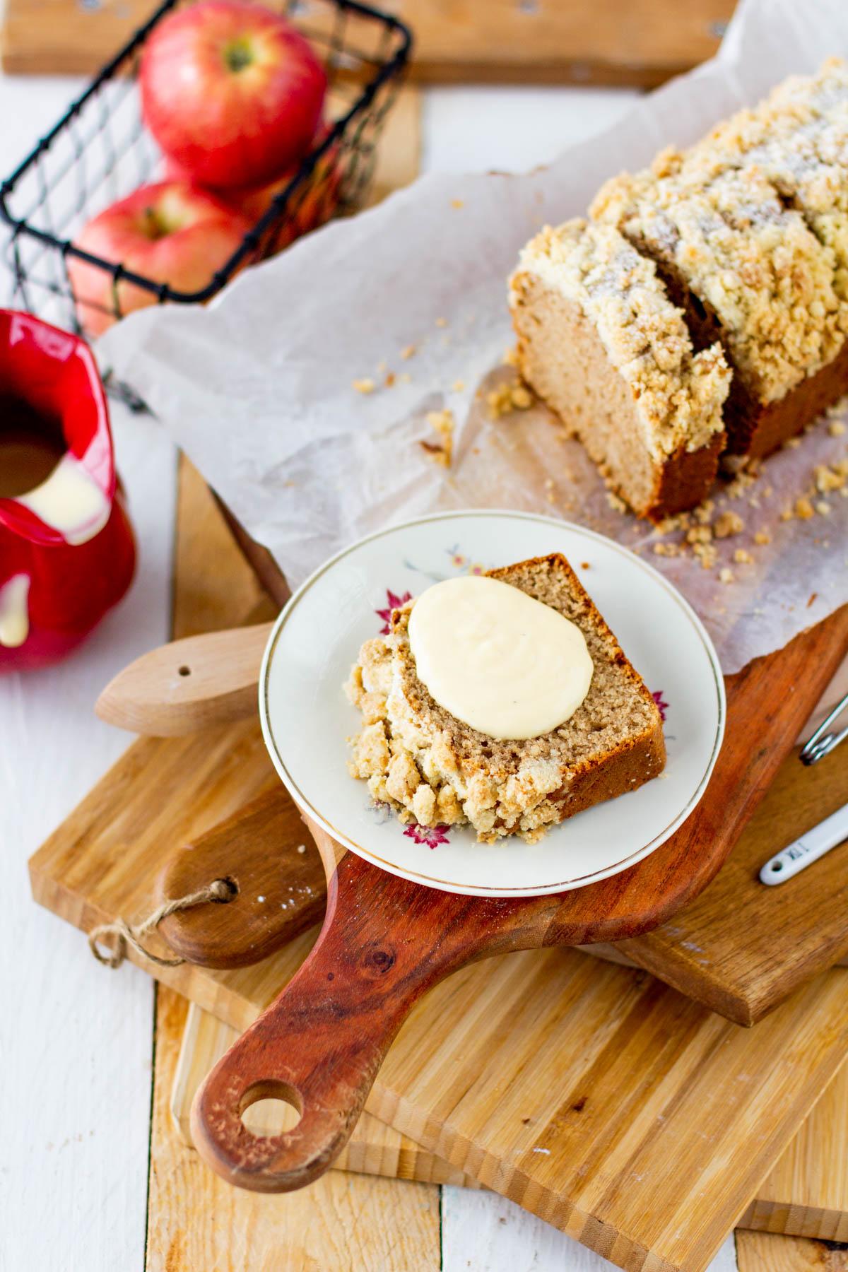Omenakakkusiivu ja vaniljakastike