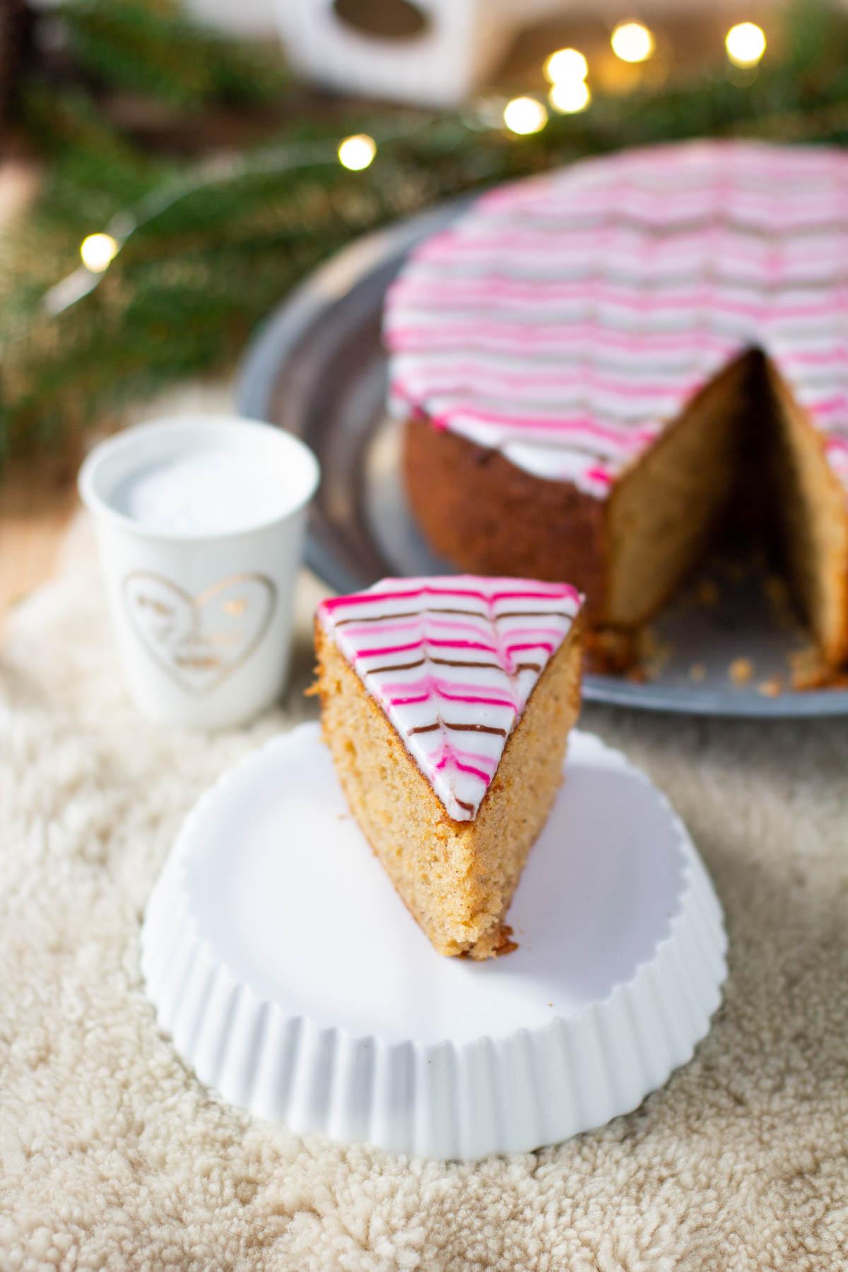 Leikattu kakkupala kardemumman makuisesta kuivakakusta