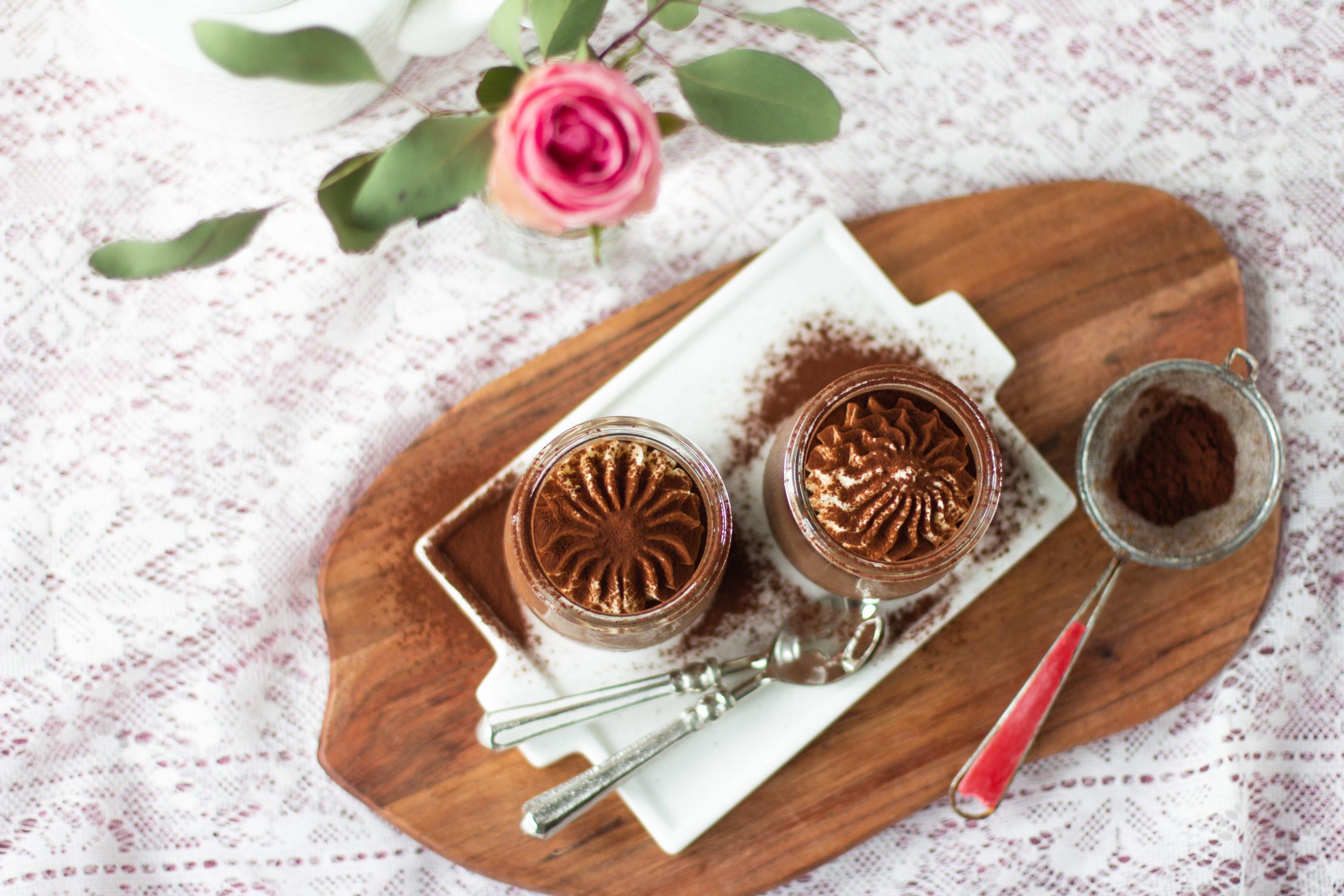 Suklaa panna cotta jälkiruoka ylhäältä kuvattuina.