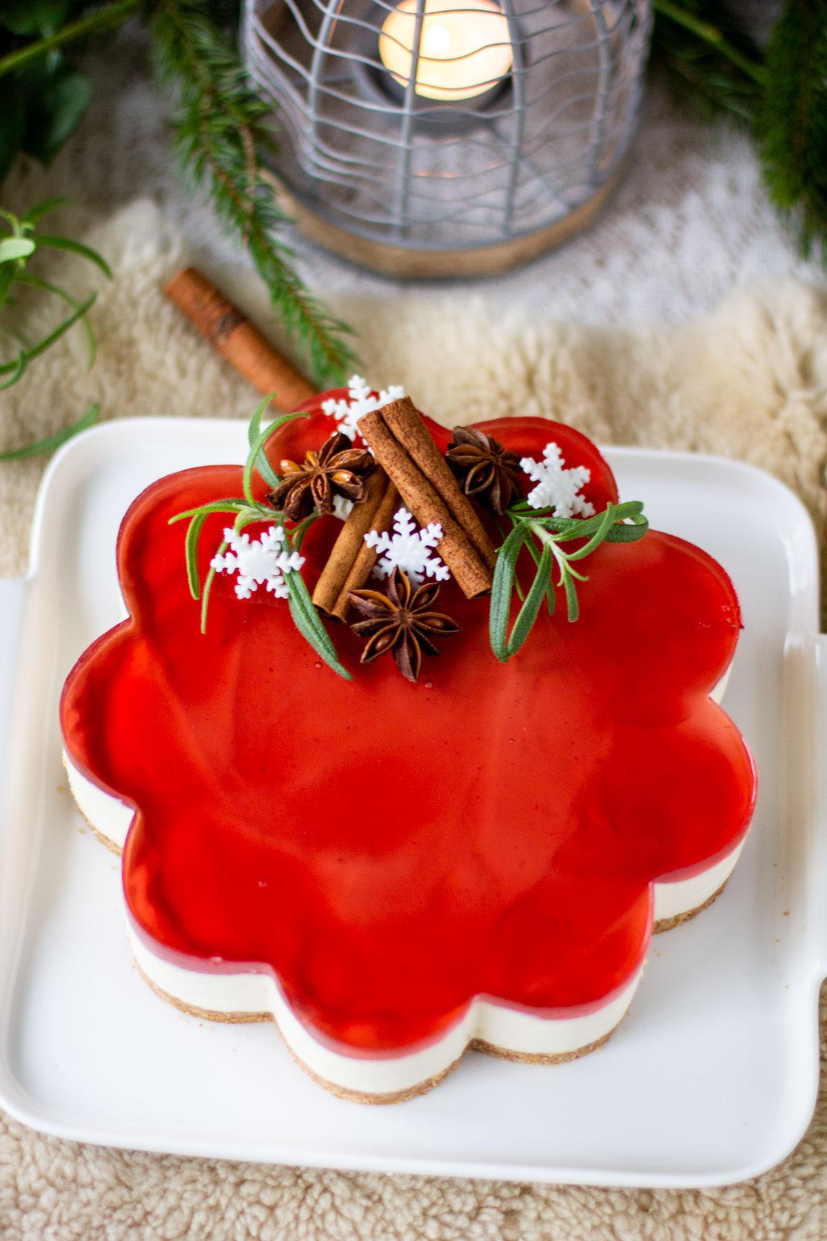 Piparkakun malliseen vuokaan tehty punainen glögihyydykekakku