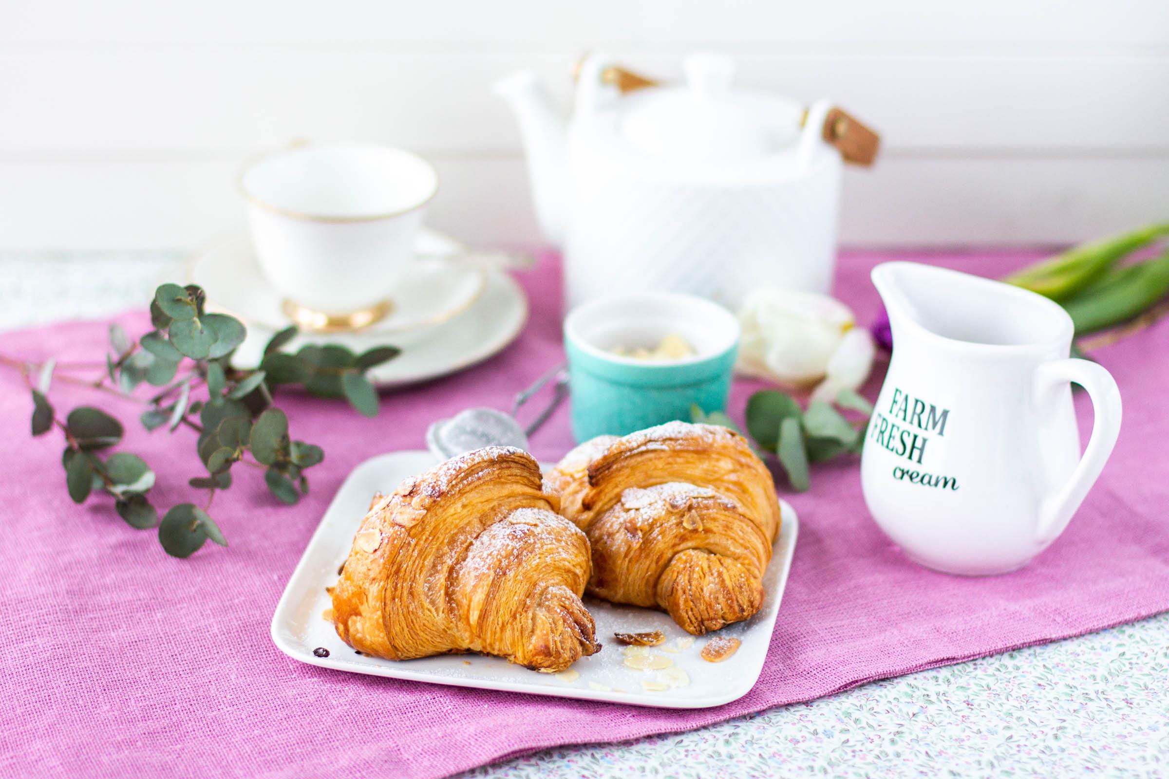 Kotitekoiset lehtevät croissantit