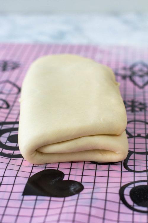 Croissant-taikinan taittelu