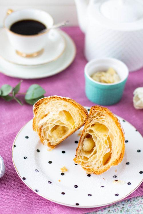 Sisäkuva lehtevästä croissan-leivonnaisesta