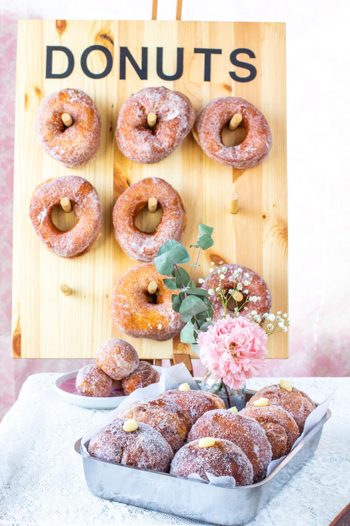 Donitsiseinä ja herkulliset sokerimunkit