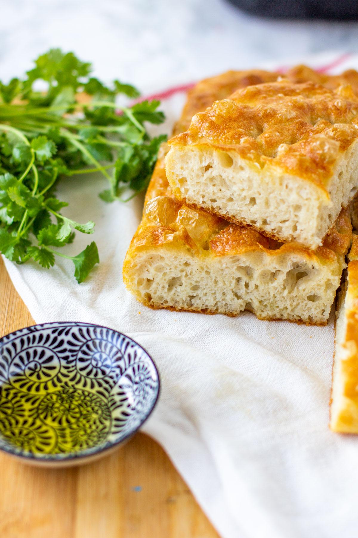 Mehevä ja ilmava focaccia-leipä valmiina
