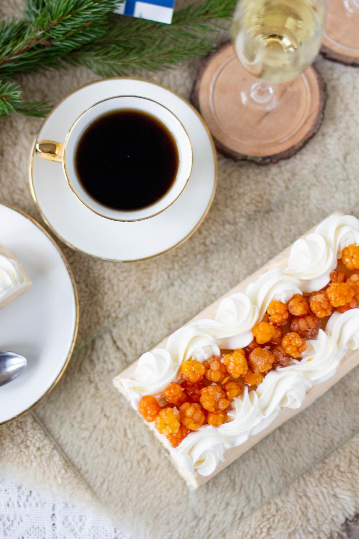 Lakka-kinuskijäädyke, kahvi ja kuohuviini.