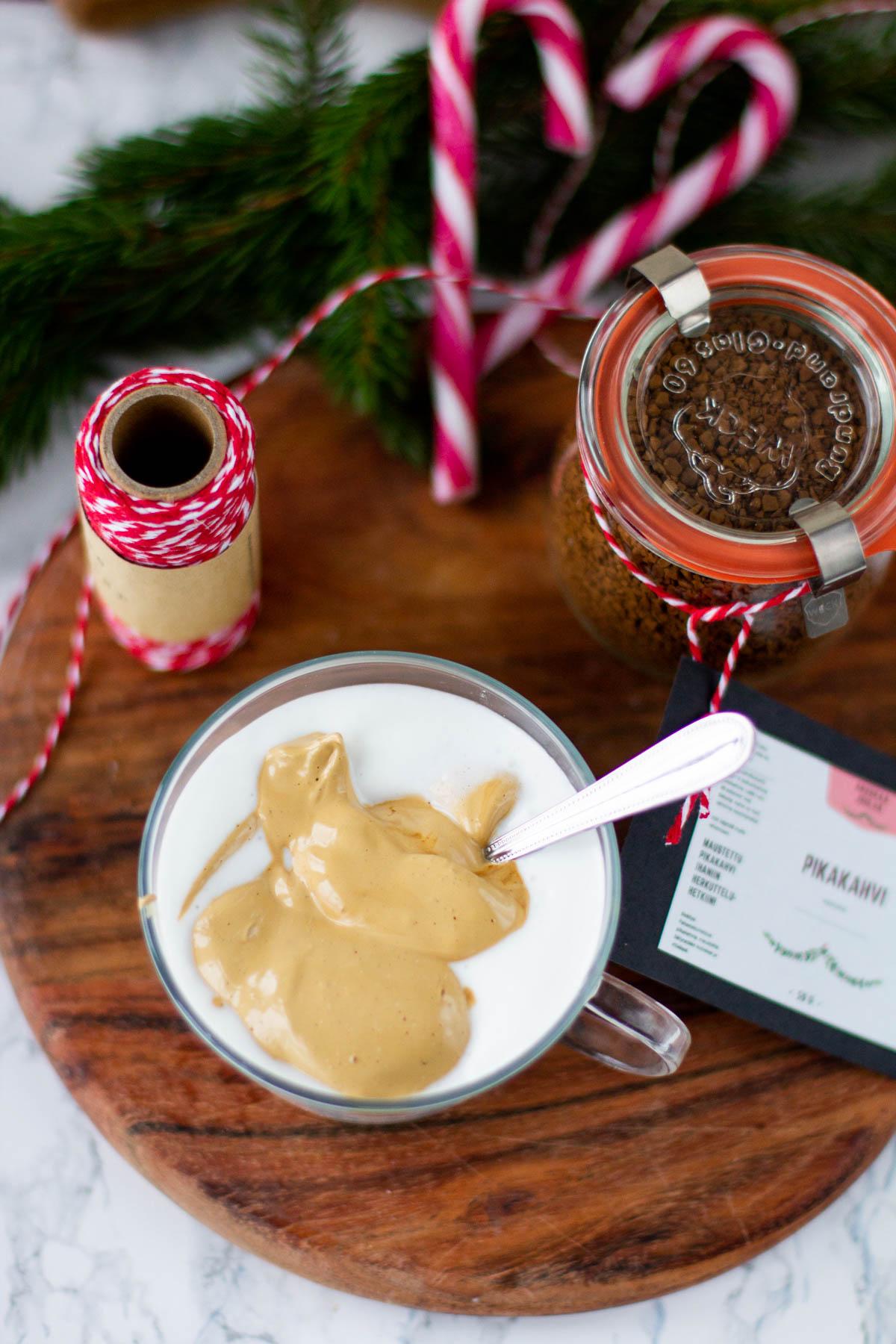 Vaahdotettu kahvi sekoitettuna maitokahviin, kahvivaahto