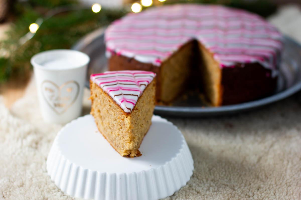 Raidallinen kardemummakakku kakkupala
