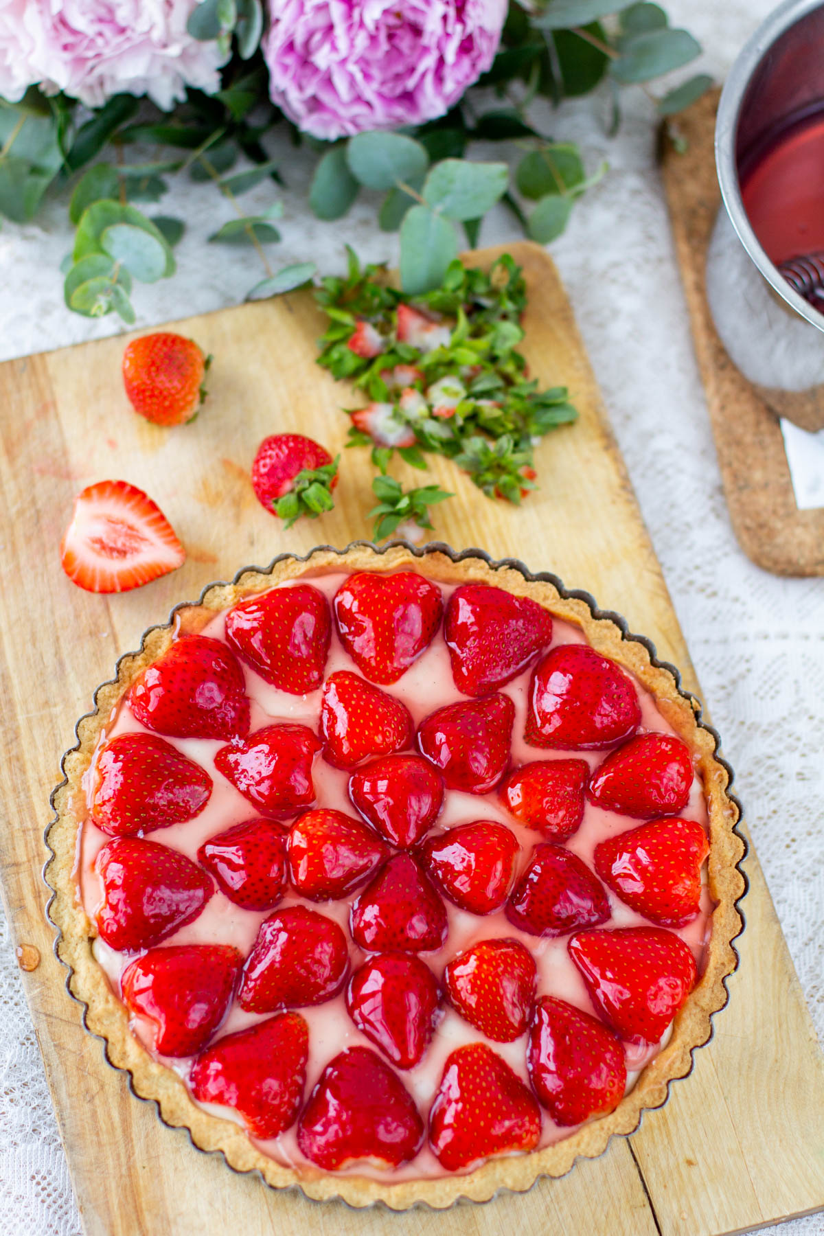Muropohjainen mansikkapiirakka vaniljakreemitäytteellä