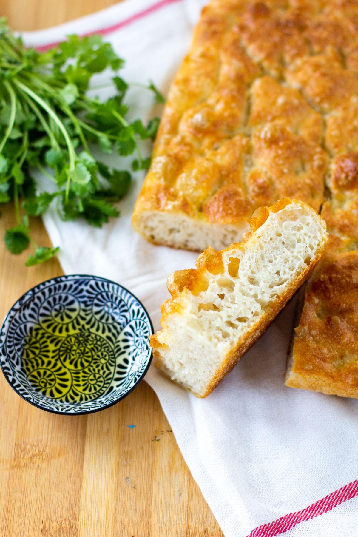 Uunituore focaccia leipä leikattuna