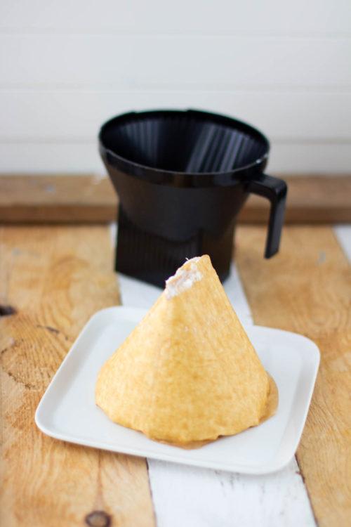 Pasha kumottuna kahvinsuodattimen kanssa tarjoiluastialle.