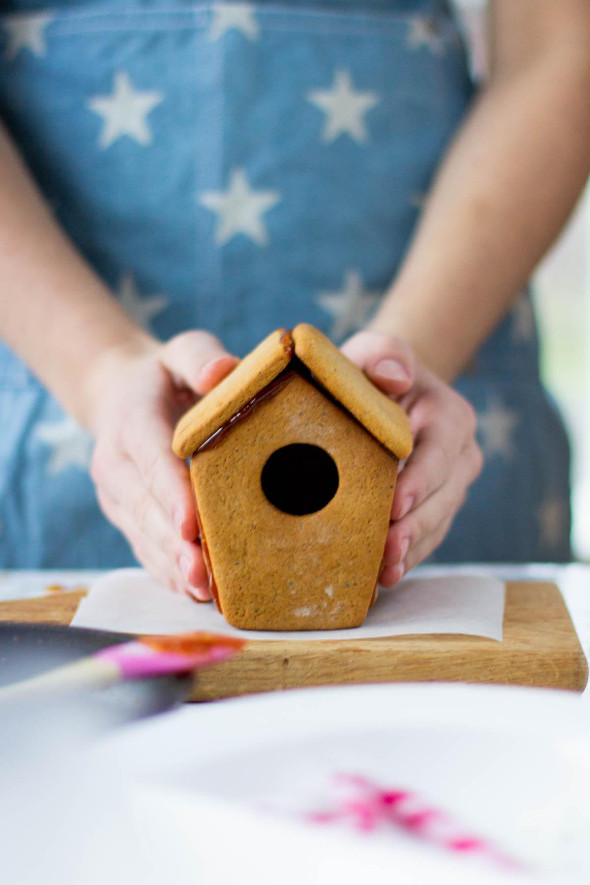 Valmis piparkakkutaikinasta valmistettu linnunpönttö