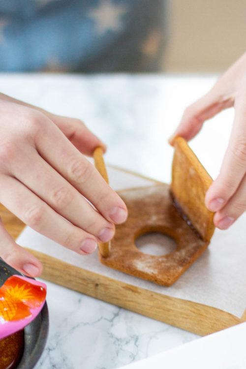 Kiinnitä piparkakkutalon osat sokerilla