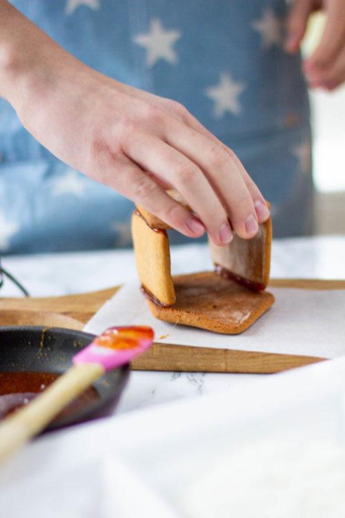 Kiinnitä piparkakkutalon osat sulatetulla sokerilla