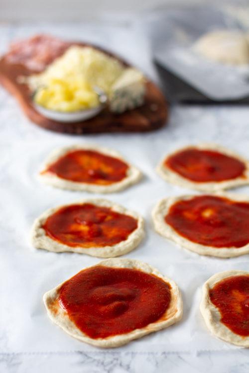 Pitsan valmistaminen vaihekuva tomaattikastikkeella