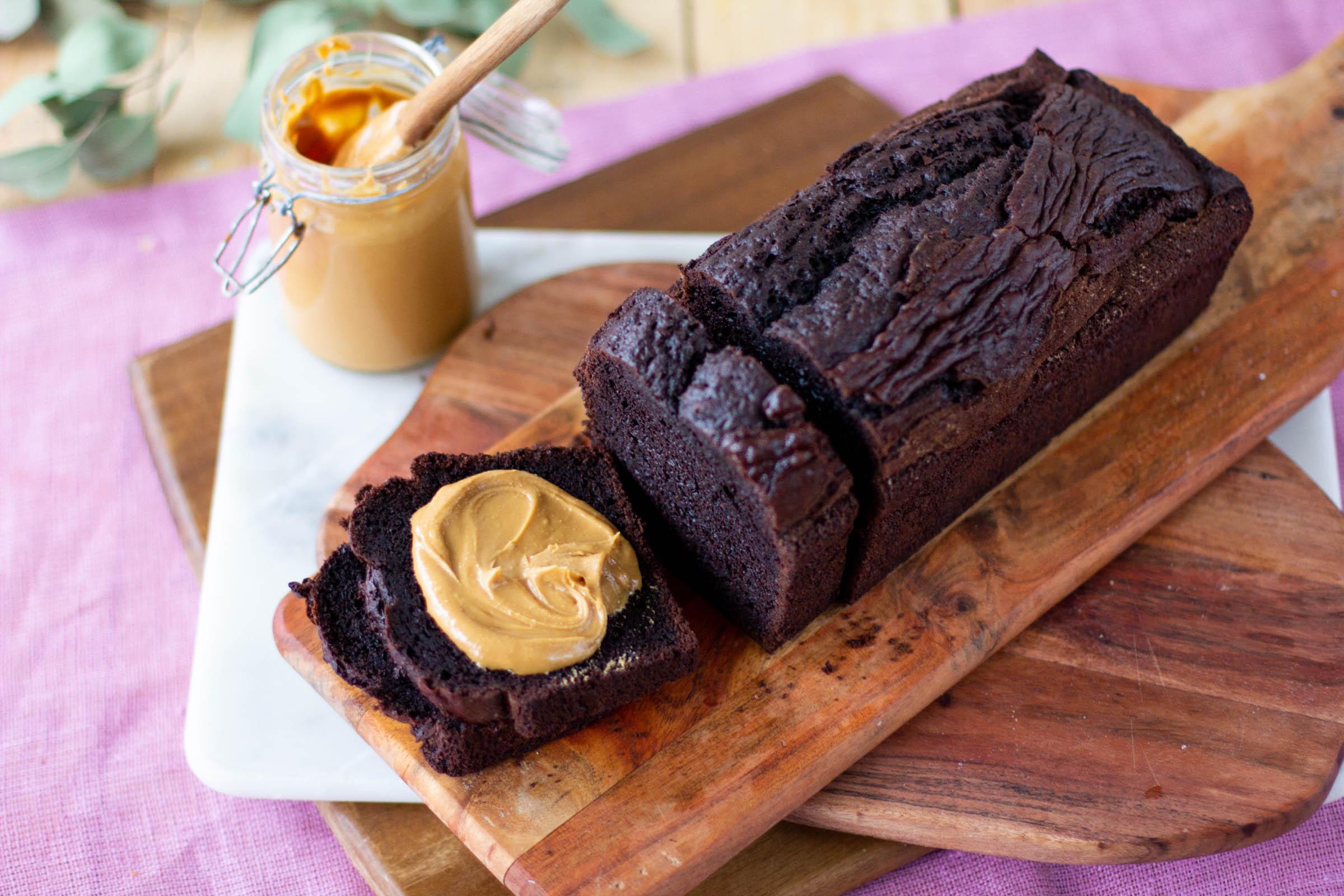 Herkullinen tumma suklaakakku maapähkinävoin kanssa