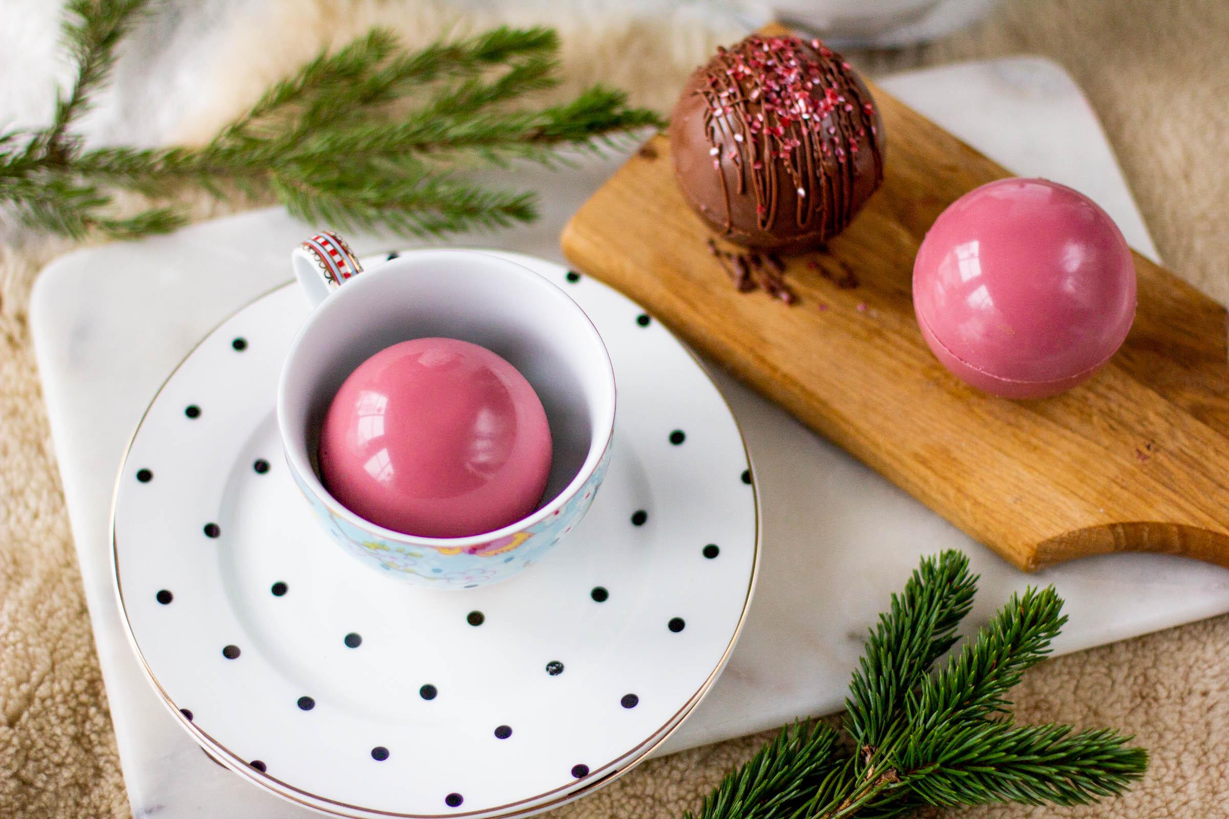Kolme suklaista kaakaopalloa rubysuklaasta ja maitosuklaasta tehtynä.