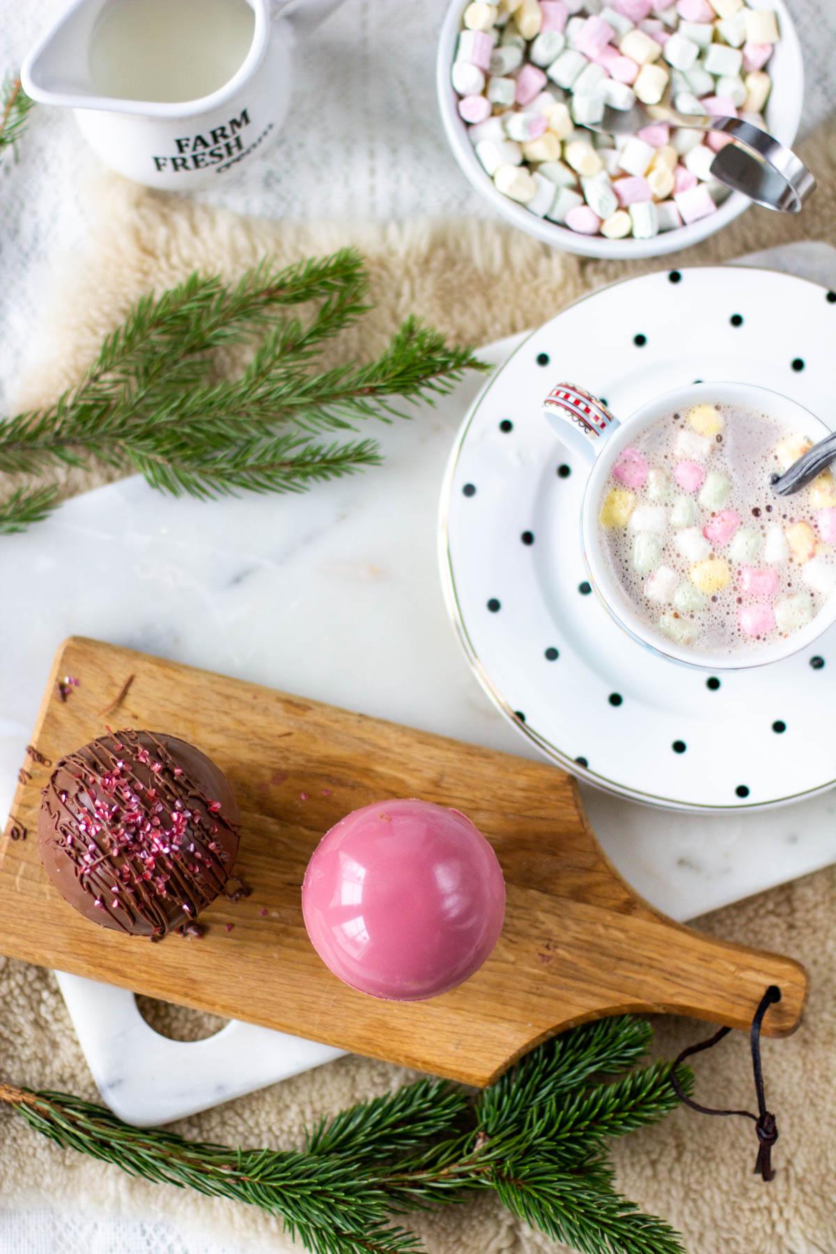 Valmiit ruby- ja maitosuklaasta tehdyt kaakaojuomapallot