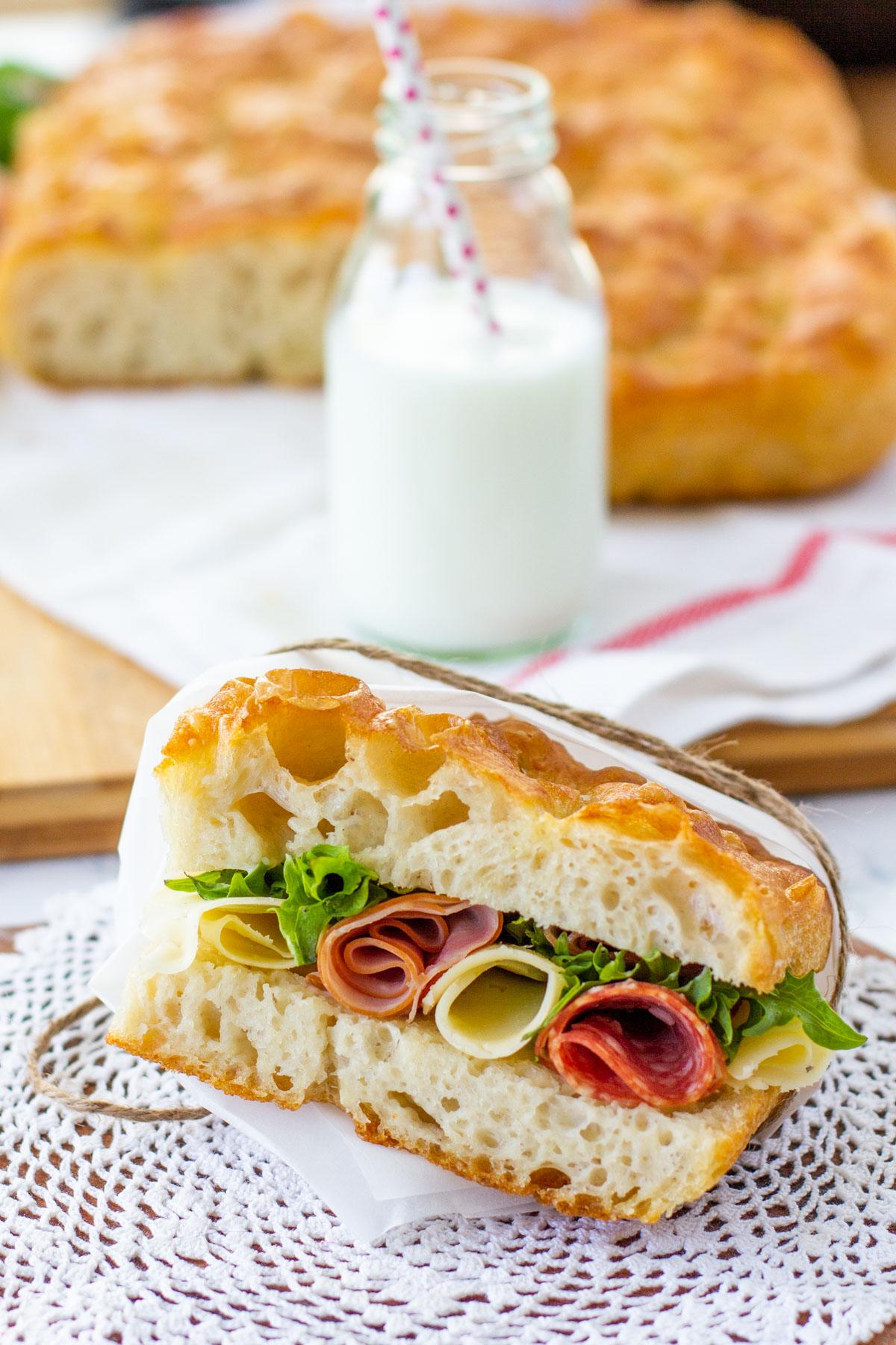 Eväsleipä kinkulla, metwurstilla, juustolla ja salaatilla