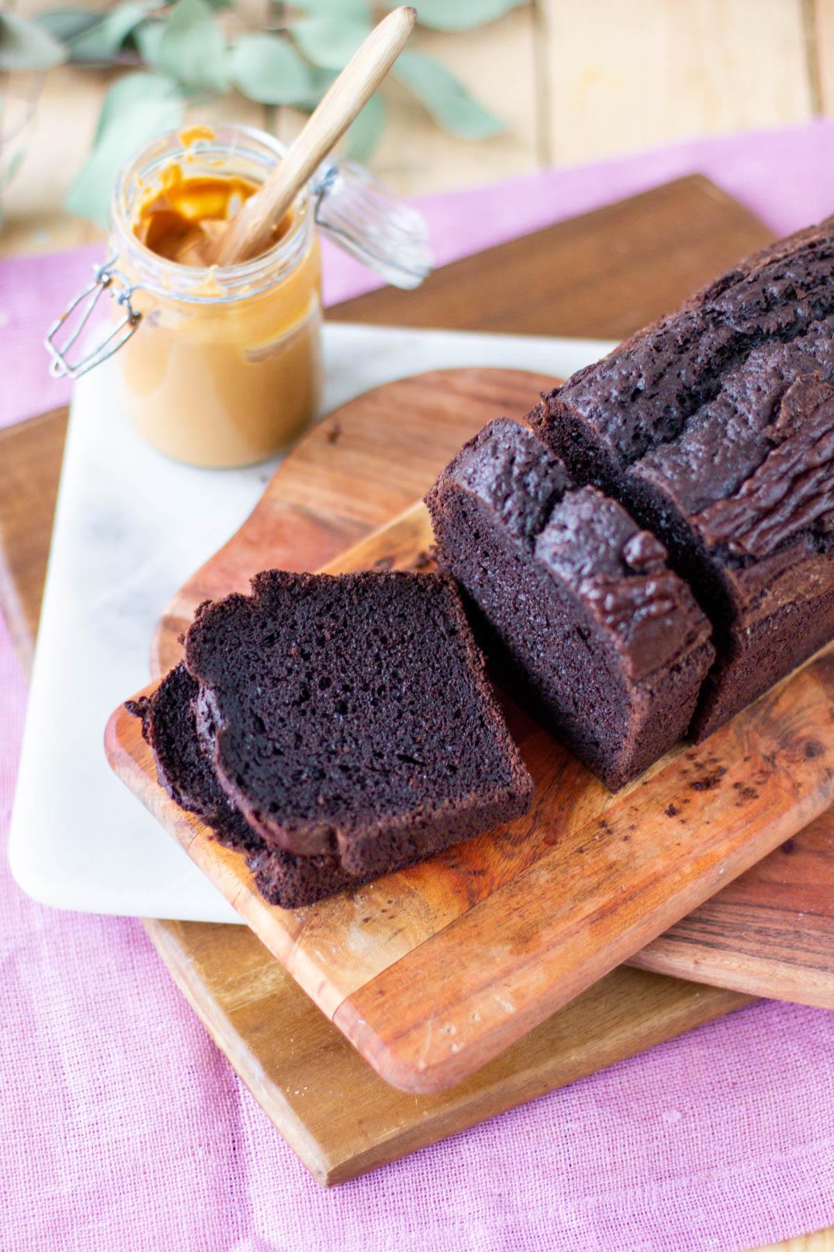 Paloiksi leikattu suklaakakku, joka on paistettu leipävuoassa.