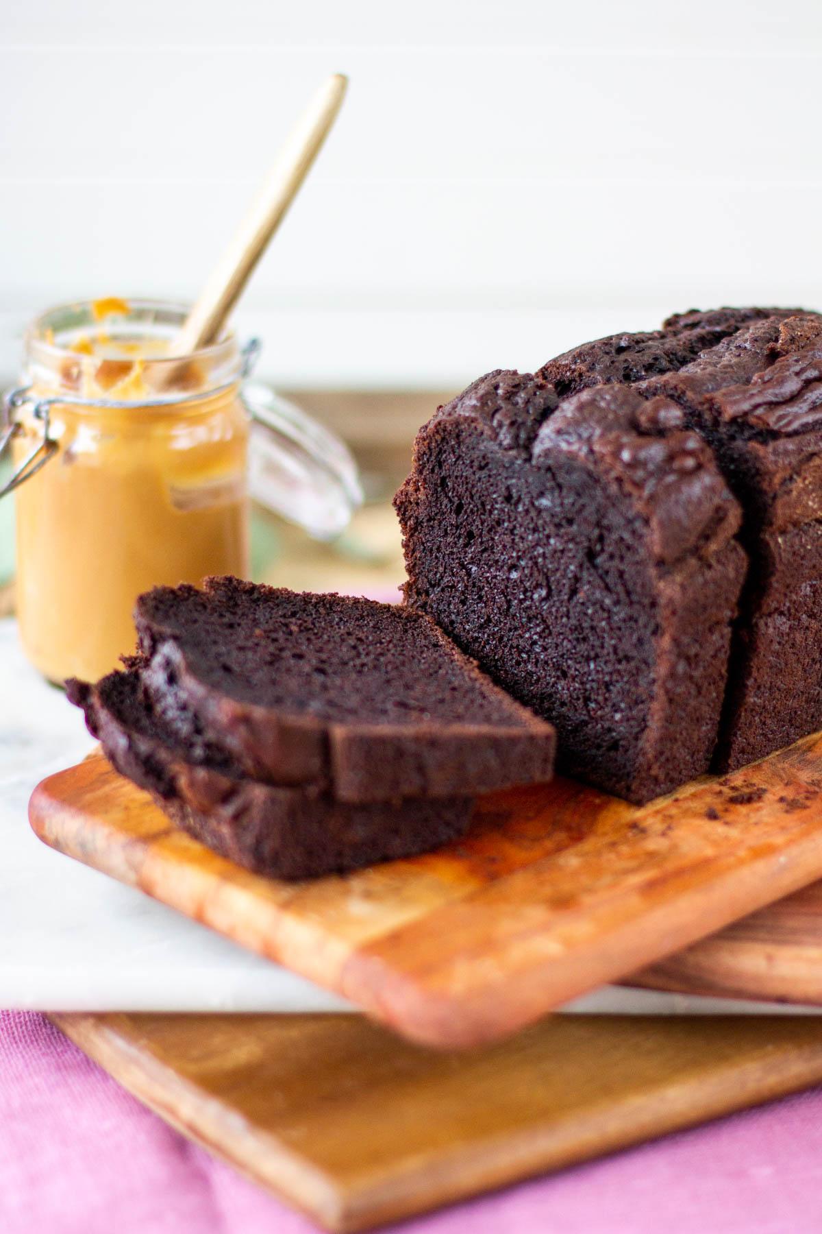 Tuore tumma suklaakakku ja hieman makeutettu maapähkinävoi. Paras suklaakakku.