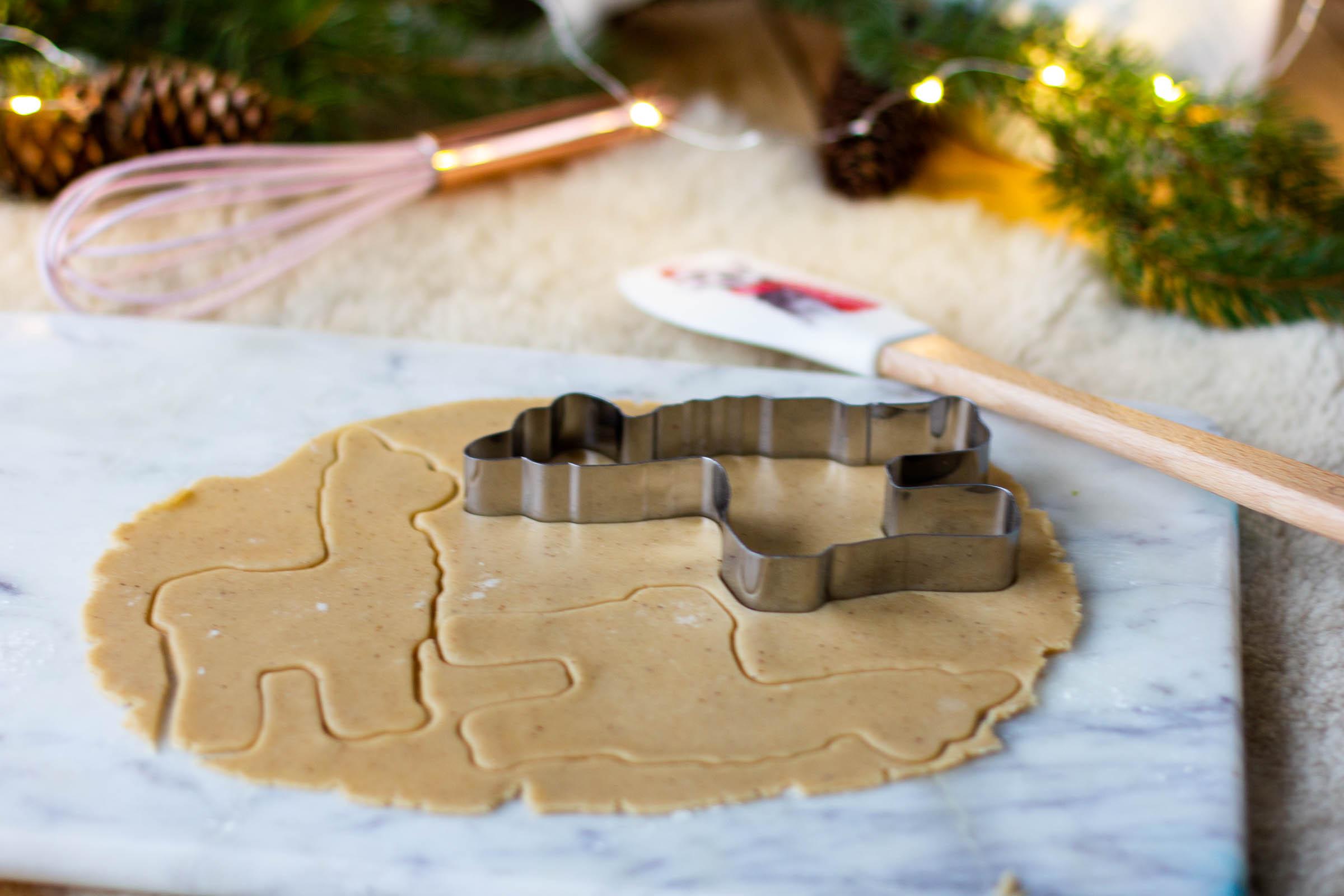 Vaalea piparkakkutaikina valmistuu helposti ja maistuu herkulliselta. Paista rapeat piparkakut vaikka lasten kanssa.