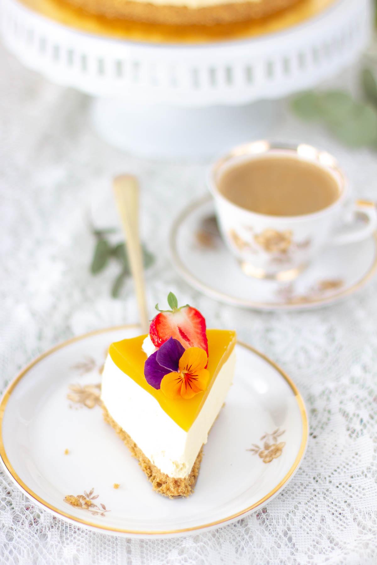Pala mango-passionjuustokakkua syötävillä kukilla