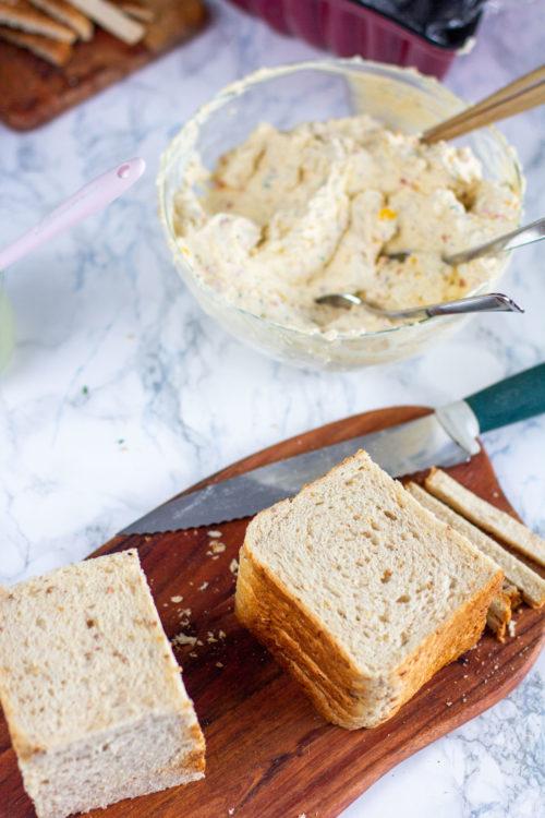 Voileipäkakun leipien leikkaaminen